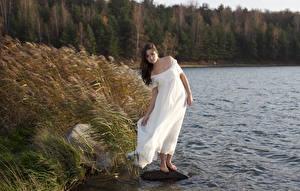 Papel de Parede Desktop Pedras Lago Grama Cabelo castanho Vestido Vento jovem mulher