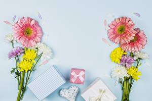 Hintergrundbilder Valentinstag Blumensträuße Gerbera Chrysanthemen Farbigen hintergrund Geschenke Herz Notizblock Vorlage Grußkarte Schleife