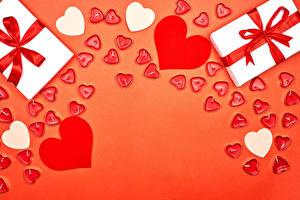 Fotos Valentinstag Kerzen Roter Hintergrund Geschenke Herz Schleife Vorlage Grußkarte