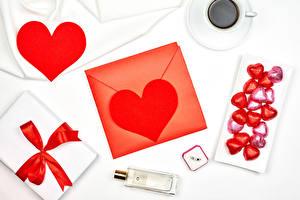 Bilder Valentinstag Bonbon Kaffee Weißer hintergrund Herz Tasse Geschenke Schleife Parfüm Briefumschlag das Essen
