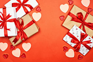 Bilder Valentinstag Geschenke Herz Schleife Roter Hintergrund Vorlage Grußkarte