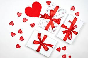 Bilder Valentinstag Weißer hintergrund Geschenke Herz Schleife