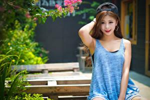 Bilder Asiatische Bokeh Baseballkappe Starren Lächeln Hand Sitzen Mädchens