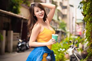 Papel de Parede Desktop Asiático Bokeh Posando Cabelo castanho Ver Sorrir Mão Copo jovem mulher