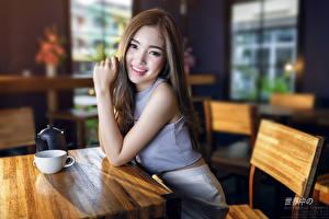 Bureaubladachtergronden Aziatisch Bokeh Zitten Koffiehuis Een kopje Bruin haar vrouw Kijkt Glimlach Handen Jonge_vrouwen