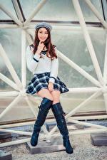 Hintergrundbilder Asiatische Braunhaarige Sitzend Barett Rock Stiefel Lächeln Starren Mädchens