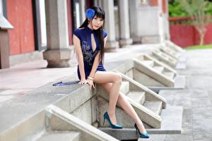 Fotos Asiatisches Brünette Sitzt Kleid Bein Blick Bokeh junge frau