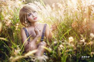 Fotos Asiatische Gras Unscharfer Hintergrund Blond Mädchen Sitzend Hand