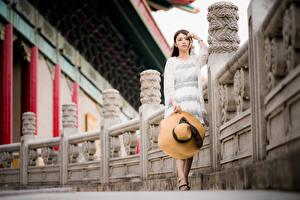 Fotos Asiaten Der Hut Kleid Blick junge Frauen