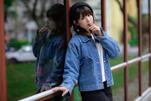 Fotos Asiatische Jacke Barett Starren junge frau