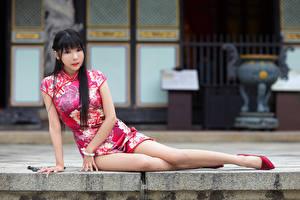 Hintergrundbilder Asiatisches Sitzen Kleid Bein Brünette Blick Mädchens