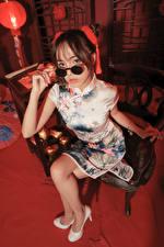 Hintergrundbilder Asiatische Sitzt Brille Blick Mädchens