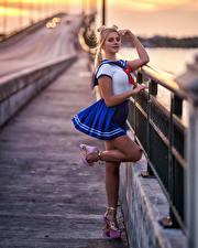 Fotos Blondine Unscharfer Hintergrund Pose Uniform Waterfront Bein Blick