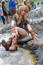 Hintergrundbilder Elfen Cosplay Sitzt Bach Hand Barett Bein Stiefel Mädchens