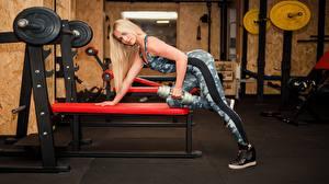 Bilder Fitness Blond Mädchen Posiert Trainieren Fitnessstudio Hanteln junge Frauen Sport