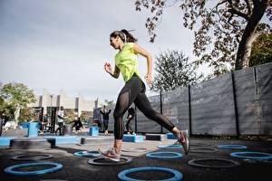 Tapety na pulpit Fitness Koło Ćwiczenia fizyczne Bieganie Uniform młode kobiety Sport