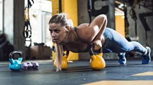 Bilder Fitness Fitnessstudio Körperliche Aktivität Kugelhantel Liegestütz Unterarmstütz junge frau