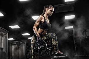 Fotos Fitness Körperliche Aktivität Brünette Hand Uniform junge Frauen