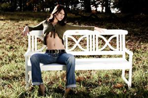 Hintergrundbilder Gras Bank (Möbel) Brünette Sitzend Bauch Bein Jeans junge Frauen