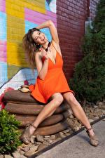 Hintergrundbilder Korbi Kay Model Sitzend Kleid Bein Lächeln Mädchens