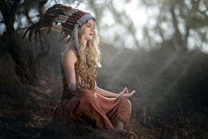 Fotos Lotussitz Federn Federhaube Blondine Sitzen Unscharfer Hintergrund Vicky junge frau
