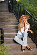 Fotos Olga Clevenger Treppen Sitzt Sitzend Lächeln Der Hut Die Hose Blick