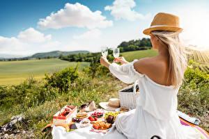 Papel de Parede Desktop Piquenique Cabelo loiro Meninas Chapéu Sentados Vestido Mão Copo de vinho mulheres jovens