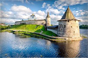 Bilder Russland Fluss Kirchengebäude Festung Türme Pskov Krom, Pskov, Pskov region Städte