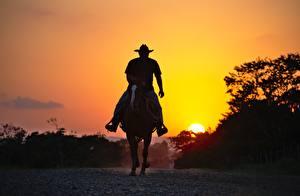 Hintergrundbilder Sonnenaufgänge und Sonnenuntergänge Pferde Silhouetten Cowboy