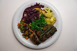 Bilder Die zweite Gerichten Kartoffel Fleischwaren Gemüse Grauer Hintergrund Teller Lebensmittel