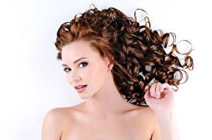 Desktop hintergrundbilder Weißer hintergrund Blick Hand Braunhaarige Frisuren junge frau