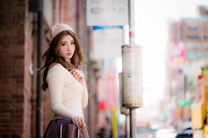 Hintergrundbilder Asiatisches Unscharfer Hintergrund Braune Haare Starren Barett Hand Mädchens