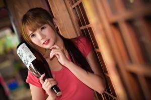 Fonds d'écran Asiatique Bokeh Aux cheveux bruns Regard fixé Main Bouteilles jeune femme