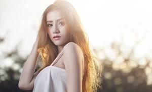 Bakgrundsbilder på skrivbordet Asiater Suddig bakgrund Brunhårig tjej Hand Blick Unga_kvinnor