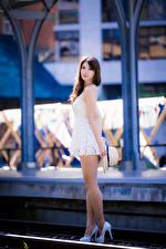 Hintergrundbilder Asiatische Bokeh Posiert Kleid Bein Starren Mädchens