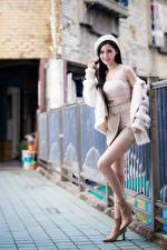 Fotos Asiaten Unscharfer Hintergrund Pose Bein Rock Unterhemd Barett Lächeln junge Frauen