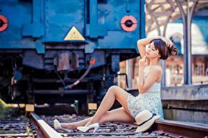Fonds d'écran Asiatique Bokeh S'asseyant Les robes Jambe Rails Chapeau La pose Filles images