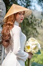 Bakgrundsbilder på skrivbordet Asiater Blomsterbukett Sidovy Hatt Brunhårig tjej