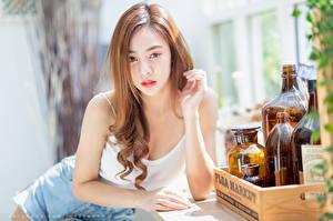 Fonds d'écran Asiatiques Aux cheveux bruns Regard fixé Main Bouteille Arrière-plan flou Filles