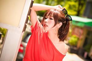 Desktop hintergrundbilder Asiatisches Braunhaarige Brille Hand Bokeh Mädchens