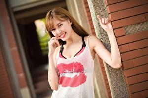 Fotos Asiaten Lippe Braunhaarige Blick Lächeln Hand junge frau