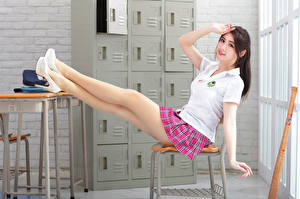 Tapety na pulpit Azjatycka Siedzą Buty na obcasie Nogi Spódnica Koszulce Ręce Spojrzenie młoda kobieta