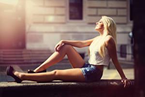 Bilder Unscharfer Hintergrund Blondine Shorts Sitzen Hand Bein junge frau