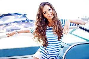 Fotos Braune Haare Blick Lächeln T-Shirt Hand Mädchens