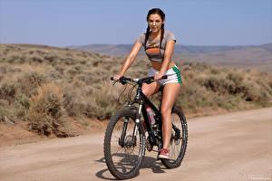 Bilder Elena Generi Fahrrad Shorts T-Shirt Zopf Brille junge Frauen