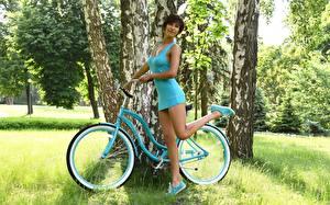 Fondos de escritorio Hierba Bicicletas Cabello negro Nia Pose Vestido Mano Pierna Betula mujeres jóvenes
