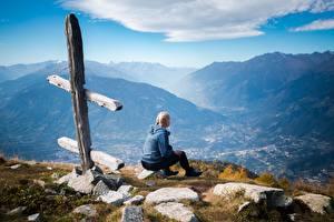 Fotos Gebirge Steine Gras Blond Mädchen Sitzend junge frau