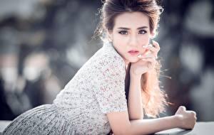 Fondos de Pantalla Asiático Bokeh Cabello castaño Contacto visual Mano Chicas imágenes