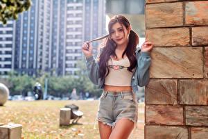 Hintergrundbilder Asiaten Unscharfer Hintergrund Shorts Jacke Starren Mädchens