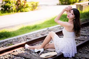 Bilder Asiatisches Unscharfer Hintergrund Sitzt Kleid Schienen junge frau